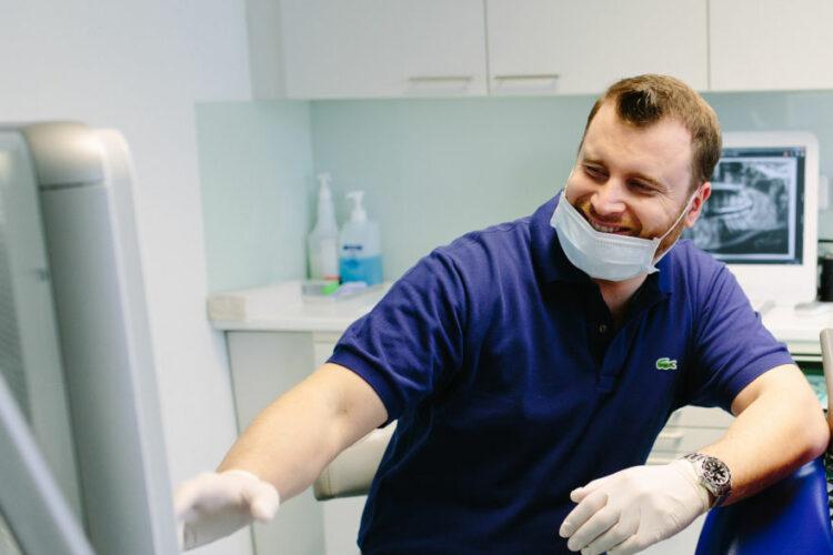 Dr. Jochen Leidl erklärt eine Röntgenaufnahme