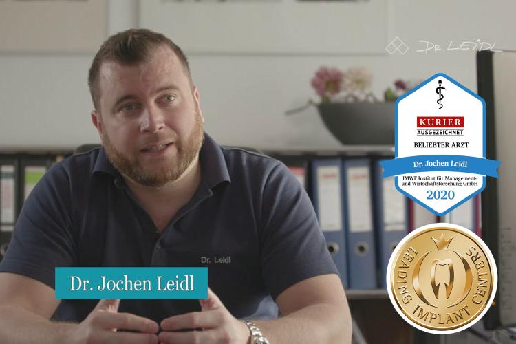 Dr. Jochen Leidl erklärt eine Behandlung